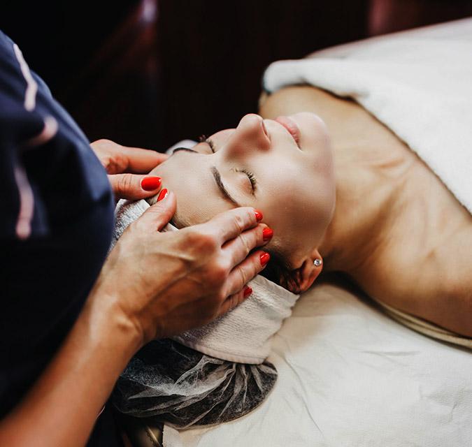 Козметична процедура за лице с професионална козметика.